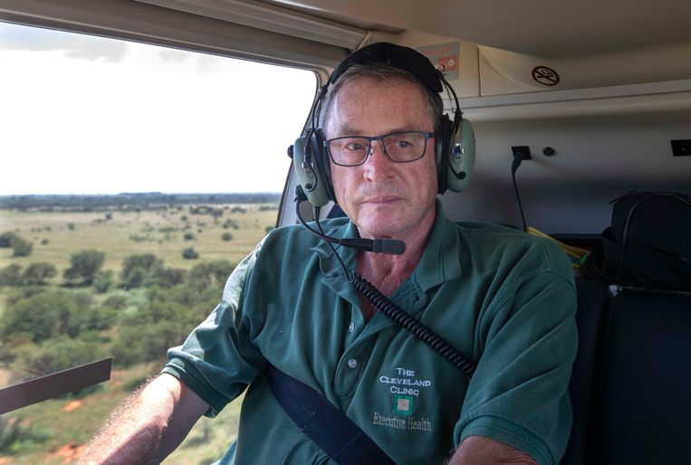 Lord Michael Ashcroft in een helikopter om vanuit de lucht leeuwenfokkerijen te inspecteren.  Beeld Michael Ashcroft