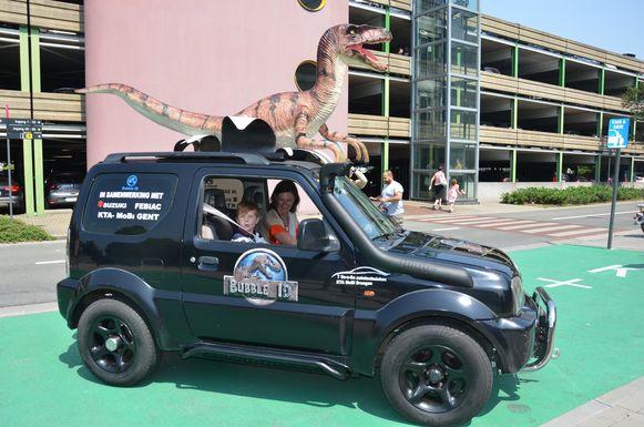 Professor Haerynck en Ibe maken samen een ritje in de safari-ambulance.