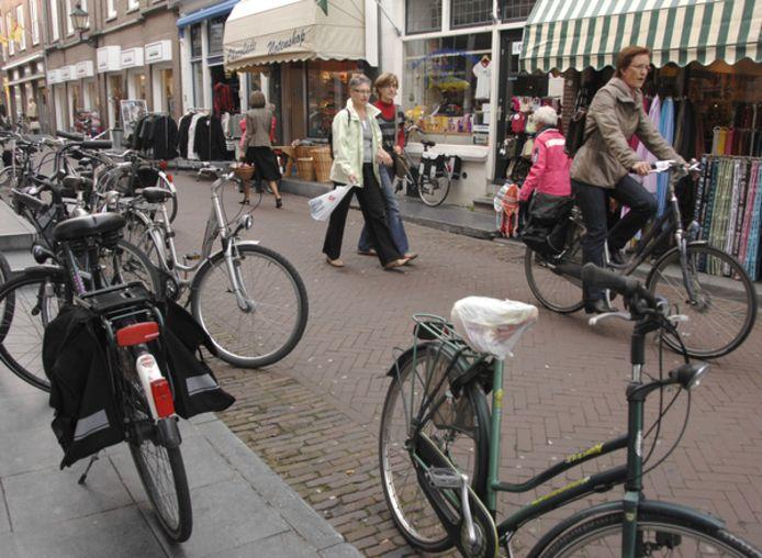 Geparkeerde fietsen in het centrum van Zierikzee
