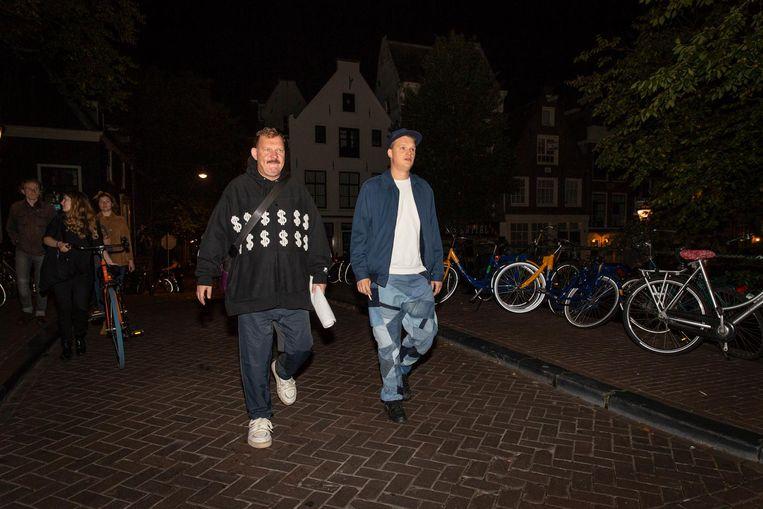 Met zijn 'derde man' op weg naar zijn maandelijkse optreden in Upstairs in de Melkweg Beeld Dingena Mol