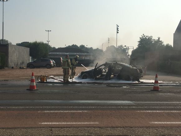 De Mercedes brandde volledig uit.