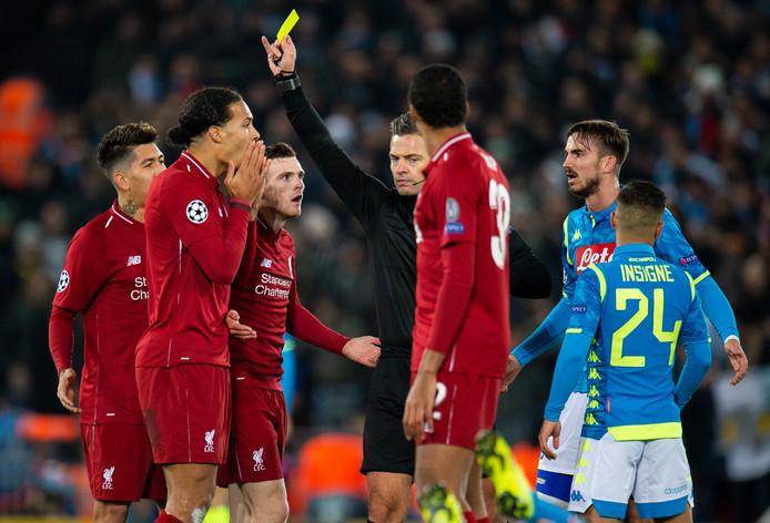 Virgil van Dijk krijgt geel in het laatste pouleduel met Napoli en weet hoe laat het is. De verdediger is vanvond geschorst voor de eerste achtste finale tegen Bayern München.