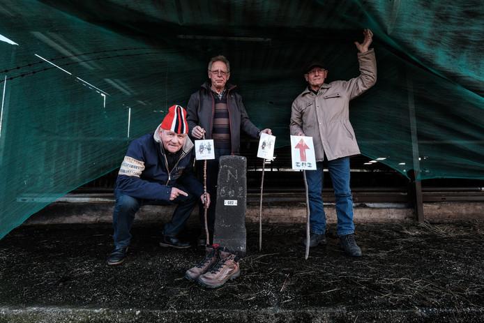 Freek Diersen (met schaatsmuts) bij de grenssteen in een Duitse stal met samen met twee Duitse deelnemers.