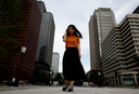 Yumi Ishikawa in het zakendistrict van Tokyo. Om haar punt te maken diende ze haar petitie in met comfortabele sneakers aan haar voeten.