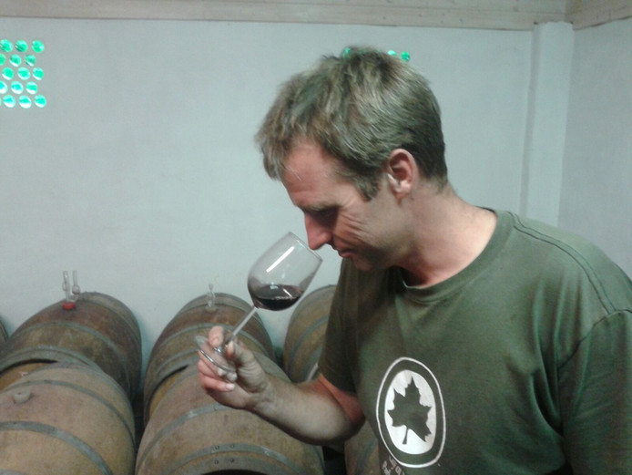Ron Langeveld met een van zijn wijnen