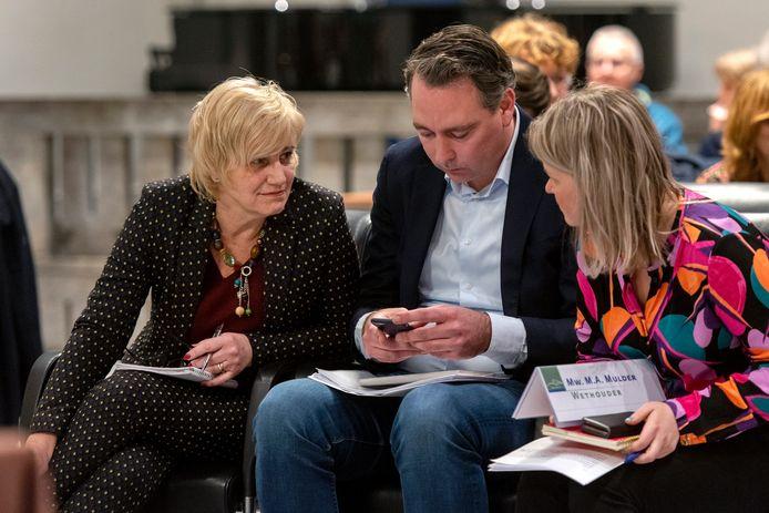 Overleg tussen burgemeester Schaap en de wethouders Verstand en Mulder (archieffoto).