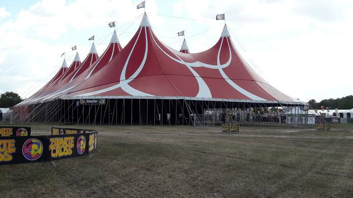 Een van de grote tenten van de cross