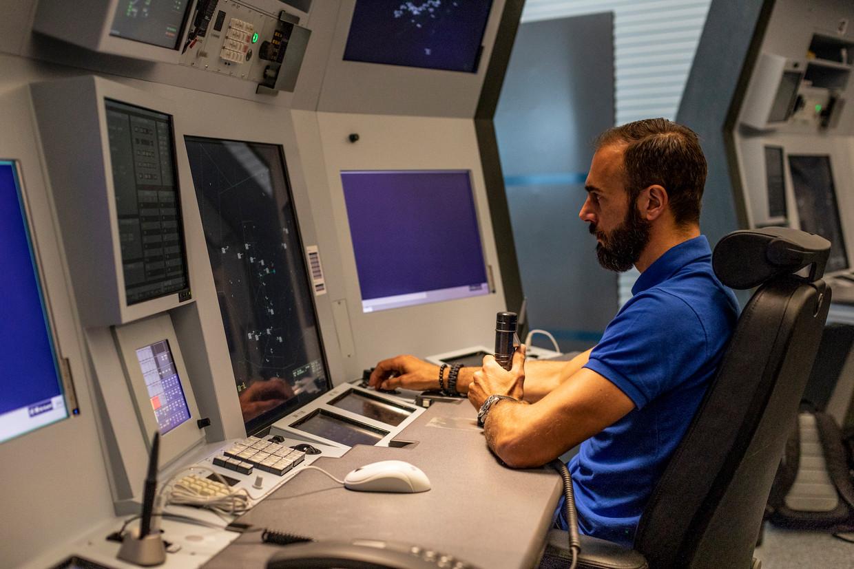 Luchtverkeersleider Martijn Duijkers praat aan deze terminal elke minuut een vliegtuig 'binnen'.