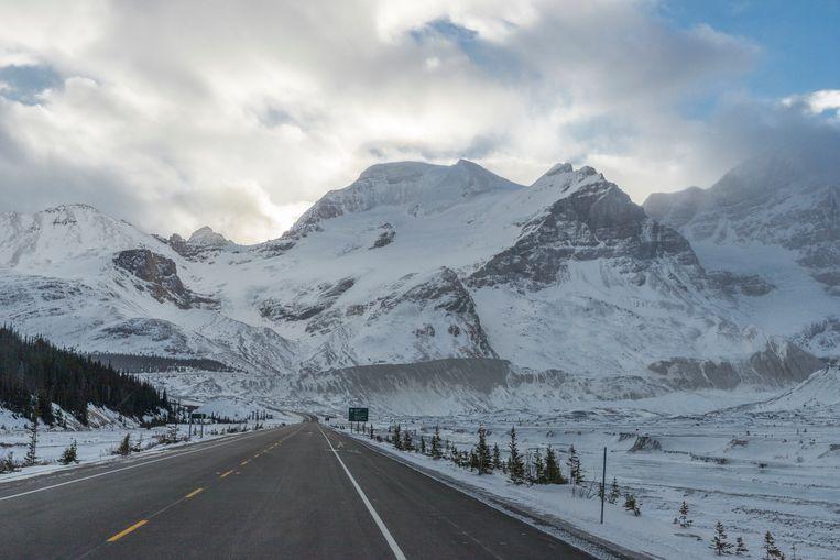 In de winter is de beroemde Icefields Parkway verlaten en des te indrukwekkender Beeld Jonathan Vandevoorde