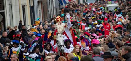 Kinderen heten Sinterklaas en Zwarte Piet massaal welkom in Kampen