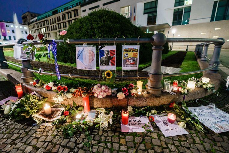 Voor de Franse ambassade in Berlijn is een gedenkplek ingericht voor de vrijdag vermoorde leraar Samuel Paty.  Beeld EPA