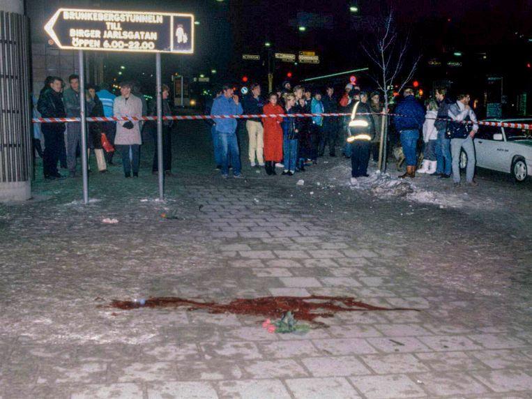 Een plas bloed en een bloem markeren de plek in Stockholm waar Palme werd doodgeschoten toen hij met zijn vrouw na een bioscoopbezoek naar huis wandelde.  Beeld EPA
