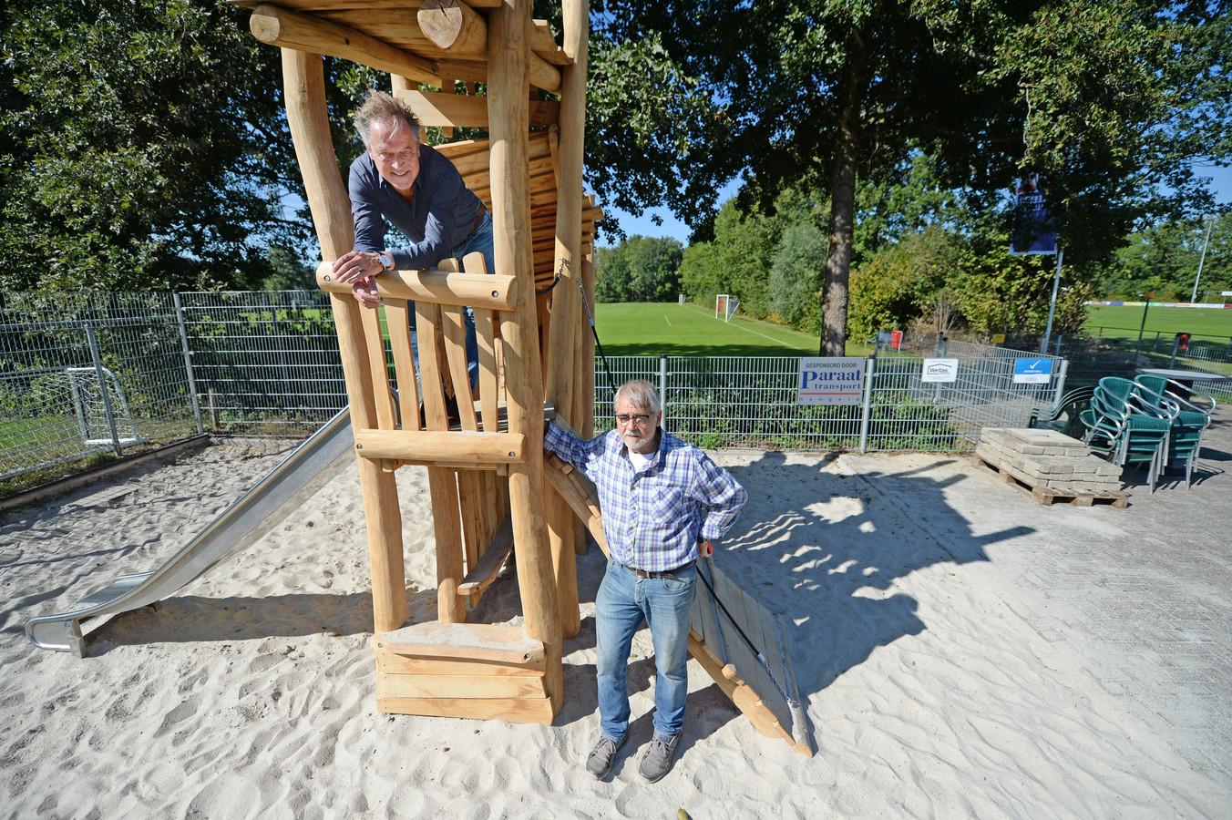Voorzitter Harco Wesselink (boven) en ere-lid Toon Tolhuis bij het nieuwe speeltoestel op het opgeknapte complex van voetbalvereniging Wilheminaschool.