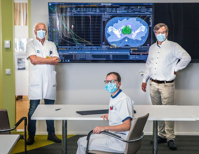 Specialisten Peter Koper en Erik Kouwenhoven en Dieke Bruijn-Krist, planningslaborante voor een scan van een prostaat en het te bestralen gebied.