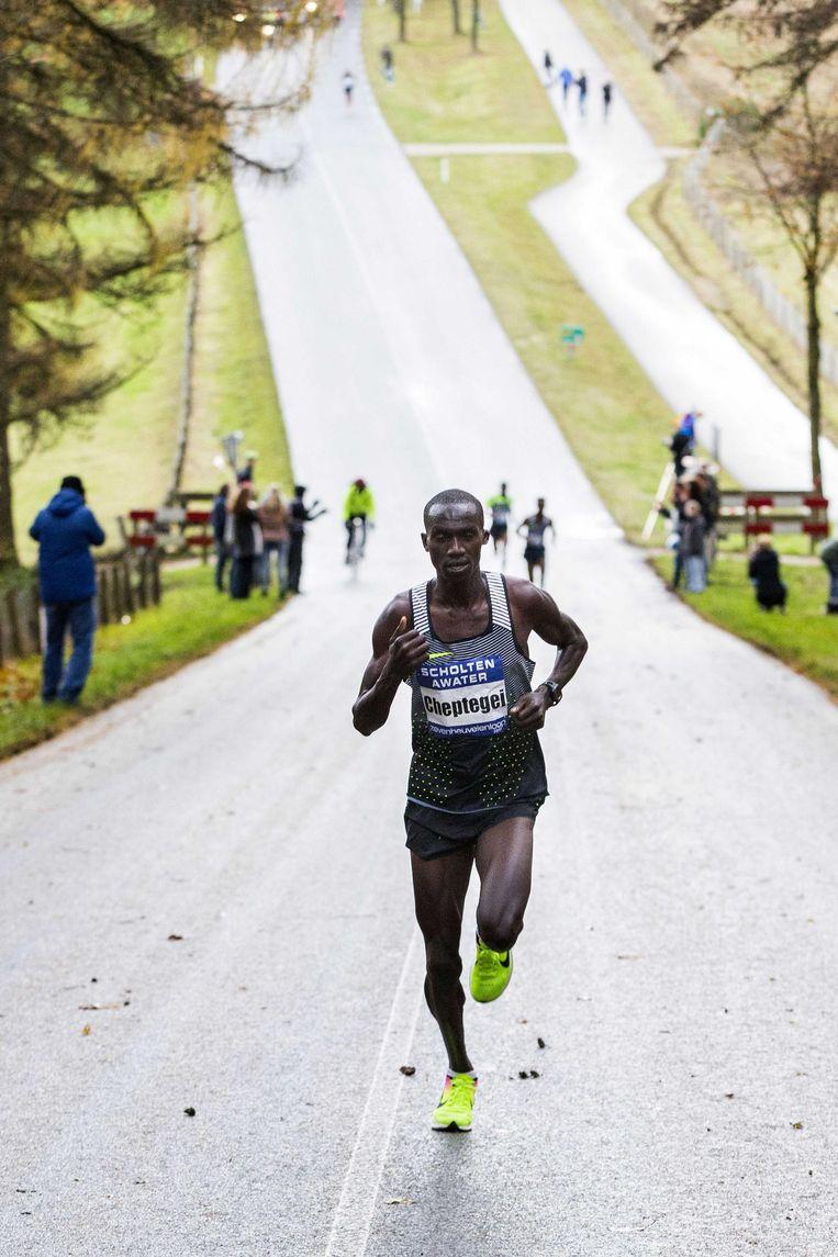 Joshua Cheptegei neemt voorsprong op de Zevenheuvelenweg. Beeld ANP