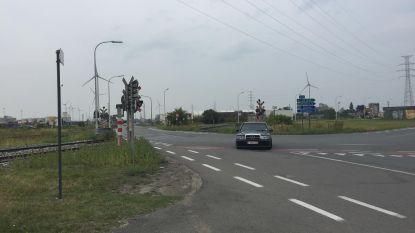 Aanrijding tussen auto en trein aan Hogeweg: goederenverkeer 2 uur onderbroken