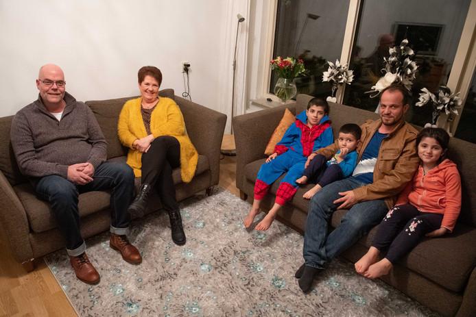 Buren aan de Van Ruysdaelstraat in Tubbergen ontfermen zich over het Afghaanse vluchtelingengezin Ghazniwal, dat sinds december in Tubbergen woont. Vanaf links Eddie en Jolanda Steggink, Mahdi, Haris, Edrees en Mahdia. Moeder Shabnam staat niet op de foto.