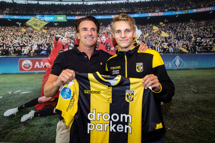 Martin Odegaard met technisch directeur van Vitesse Marc van Hintum, nadat hij zijn contract heeft getekend.