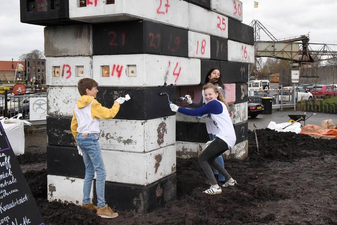 Vrijwilligers verven de Koe in het kader van NLdoet.