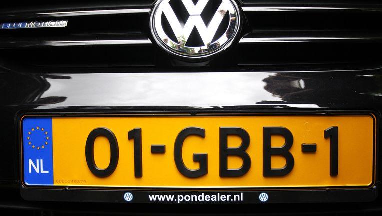 Afbeelding van het eerste nummerbord met de combinatie 2 cijfers - 3 letters - 1 cijfer dat werd ingevoerd in 2008. Op de nieuwe nummerplaat staat het kenteken GB-001-B. Beeld anp