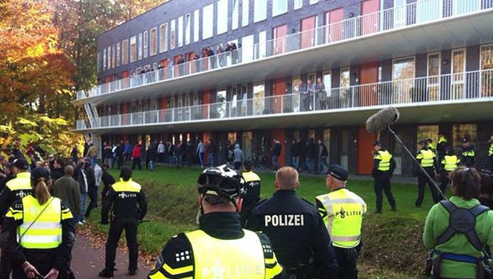 Demonstranten proberen langs de ME te komen.