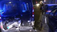 Auto vlamt tegen geparkeerde wagen, bestuurder slaat te voet op de vlucht
