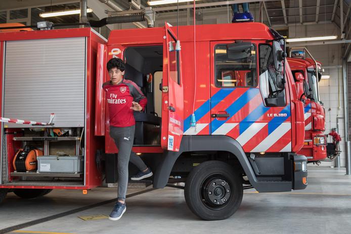 De lopers van de Urban Run van het Vechtdal College Ommen stormden dwars door een brandweerwagen in de kazerne.