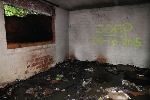 In één van de kamers werden een aantal houten platen in brand gestoken.