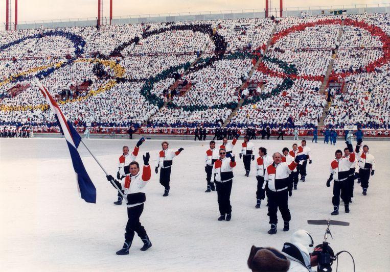 Jan Ykema draagt de Nederlandse vlag tijdens de openingsceremonie van de Olympische Winterspelen in Calgary, 1988. Beeld ANP
