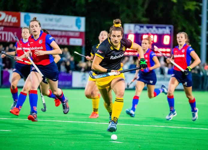 Frederique Matla (DenBosch) aan de bal tijdens de play-offs hoofdklasse dames, SCHC-Den Bosch (1-0). links Frederique Derkx (SCHC).
