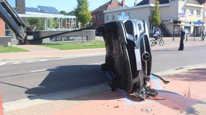 Auto kantelt na botsing in Heusden-Zolder