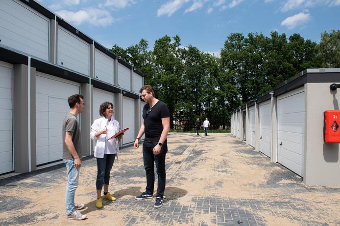 Ook in Etten-Leur kunnen starters sinds vorig jaar aan de slag in een garagebox, zoals hier Kevin Hensen (links) en Dennis ten Hove die uitleg krijgen van Ylona Tichelaar.