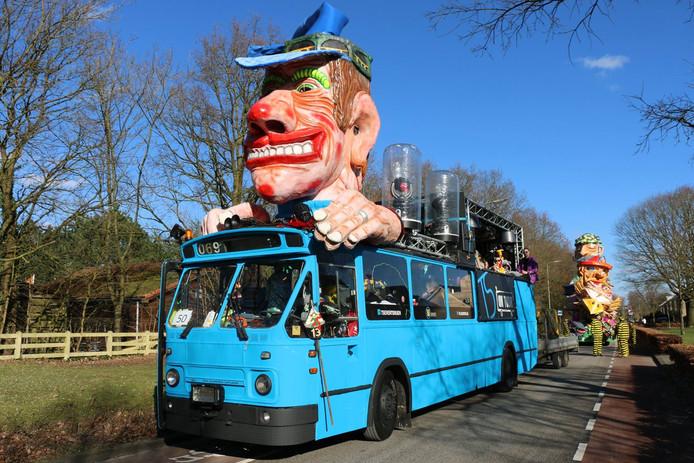 De blauwe bus van TS Events tijdens de carnavalsoptocht in Rijen in 2018. De vereniging is dringend op zoek naar een stalling voor acht dagen om tijdens carnaval mee te kunnen doen in Rijen, Dongen en Riel. Anders houdt het op.