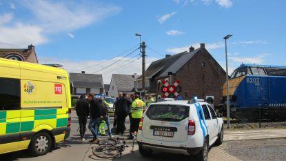 Infrabelcampagne tegen spoorlopen: Thuis-acteurs fietsen slagboom aan treinhalte Bambrugge voorbij