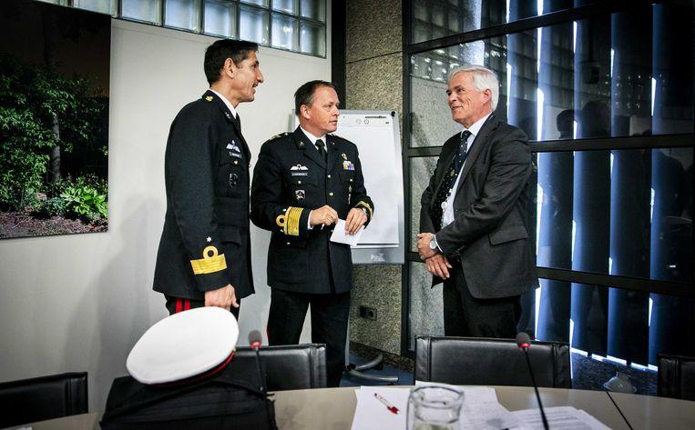 Commandant van het Korps Mariniers Jeff Mac Mootry (L) en plaatsvervangend commandant zeestrijdkrachten Frank van Sprang (M) na afloop van het gesprek met de Tweede Kamer.  Beeld ANP