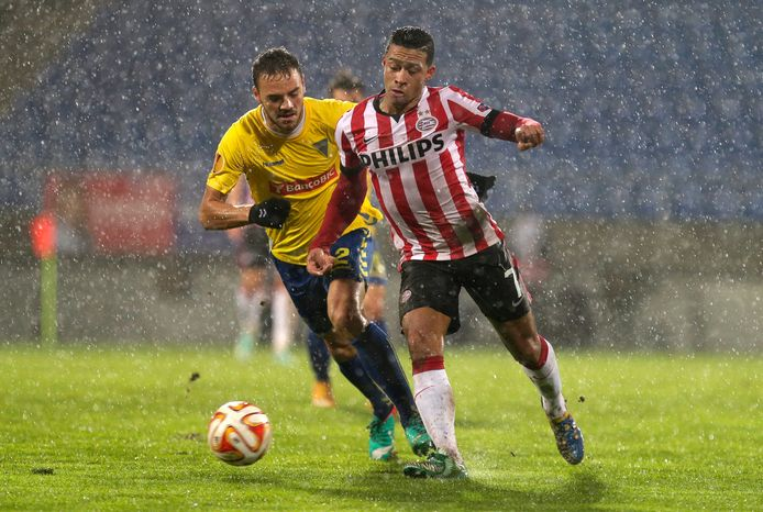 Memphis Depay namens PSV in actie tegen Estoril in de Europa League op 27 november 2014.