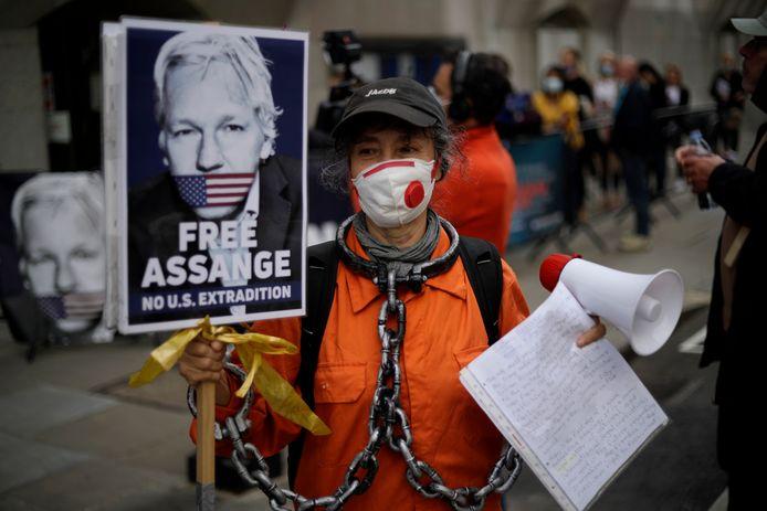 Een voorstander van Assange demonstreert voor het gerechtsgebouw in Londen tegen zijn uitlevering.