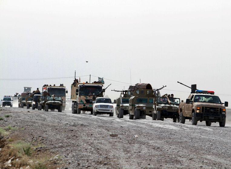 Sjiitische troepen rijden richting Ramadi om te vechten tegen IS. Beeld reuters