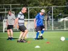 Senioren trekken voetbalschoenen uit de kast voor een potje Walking Football