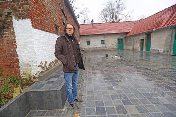 Patrick Van der Schueren op de fraai gerestaureerde binnenkoer van De Koekoek.