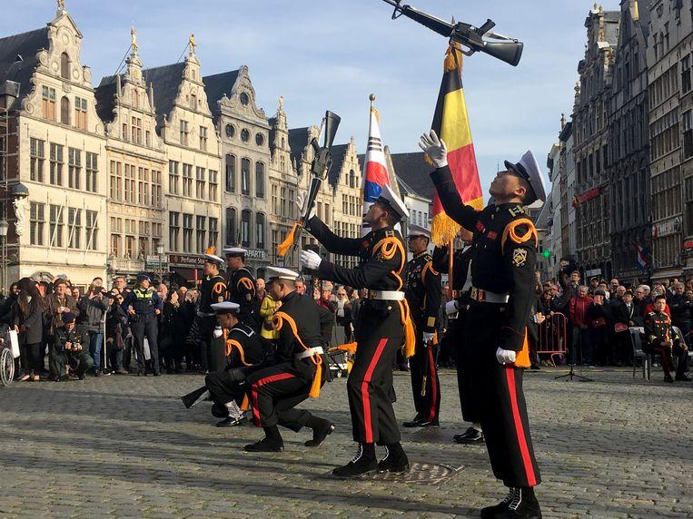 Zuid-Koreaanse marinekadetten houden parade op de Grote Markt in Antwerpen.