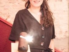 """Mathilde (27) en haar oude breimachine bekroond als jonge maker van het jaar: """"Droom van een breistudio én eigen collectie"""""""