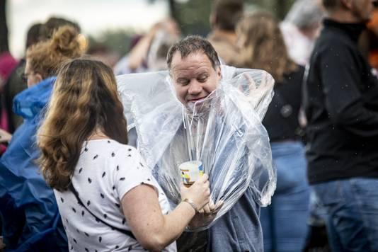 Een bezoeker trotseert de regen tijdens Tuckerville 2019.