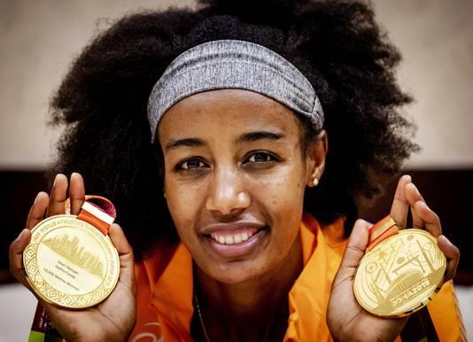 Sifan Hassan poseert met haar gouden medailles van de 10.000 meter en de 1500 meter.