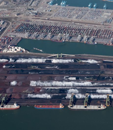 Hoek van Holland onder laag zwarte stof door bedrijven uit Rotterdamse haven