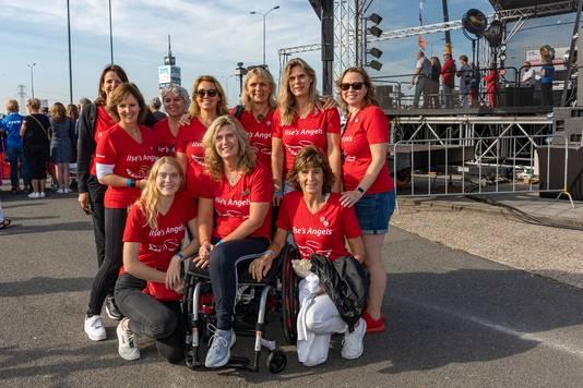 Ilse Moerkerk (midden) bij de fietsgroep: Ilse's Angels