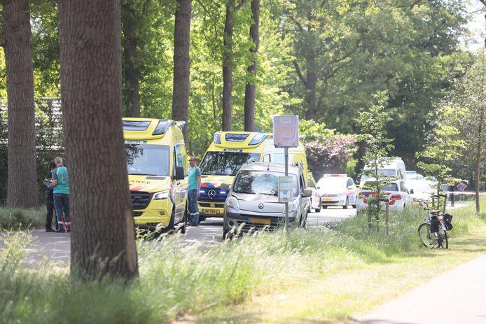 Hulpdiensten ter plaatse in Dalfsen na het ongeval waarbij een fietser uit de gemeente Roerdalen is geschept door een automobilist.