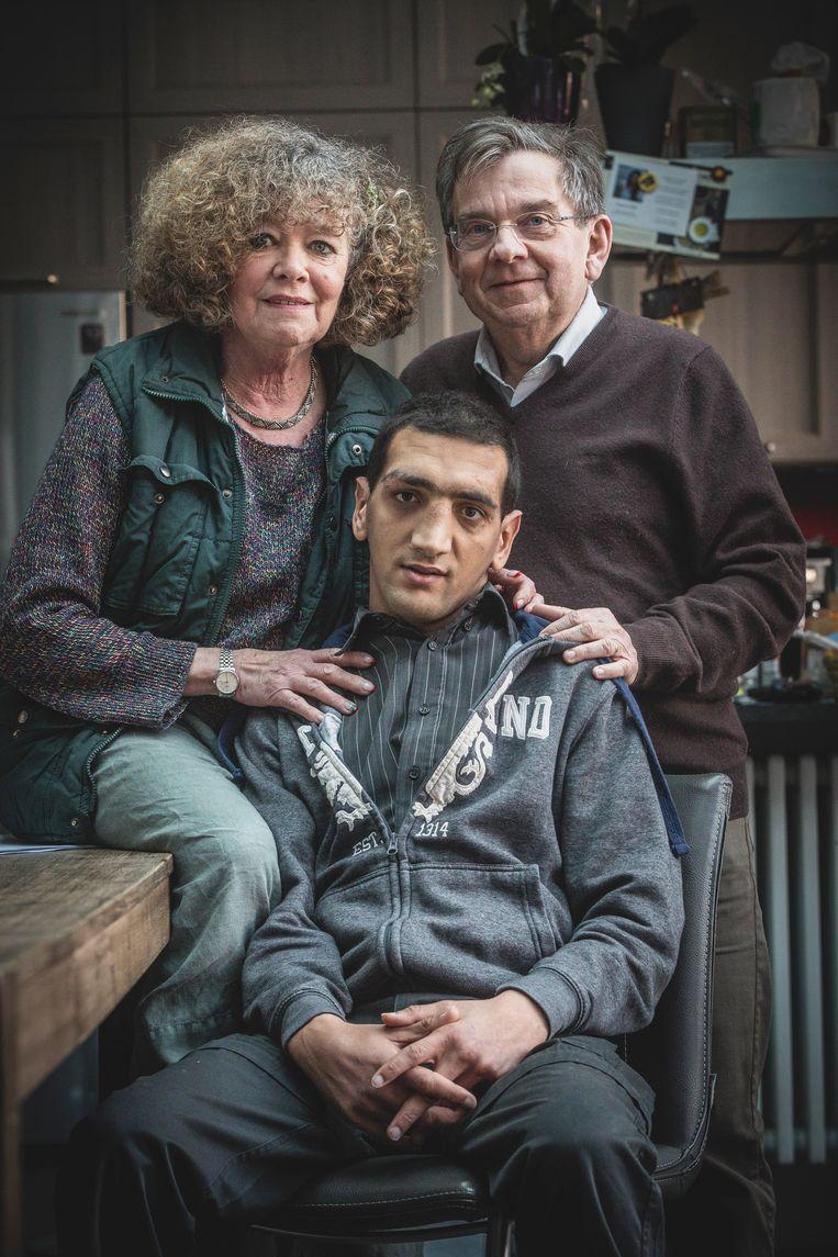 Jean-François (27) met stiefmama Nischka en papa Serge. Al tien jaar lijdt hij aan het levensbedreigende CTX, een sluipend gif dat verlamming en dementie kan veroorzaken.