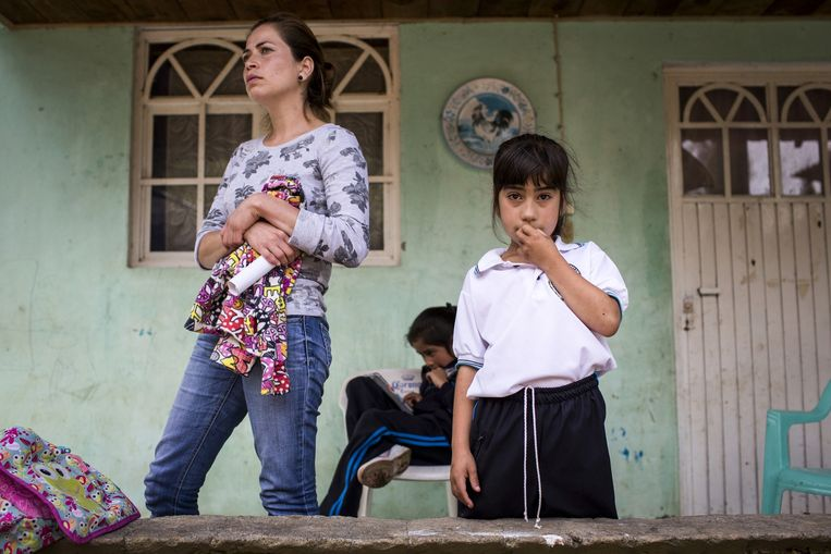 Marisol Cervantes en een van haar dochters. Haar ouders en broers zijn ontvoerd en vermoedelijk gedood door het Tempeliers-kartel. Beeld Julius Schrank.