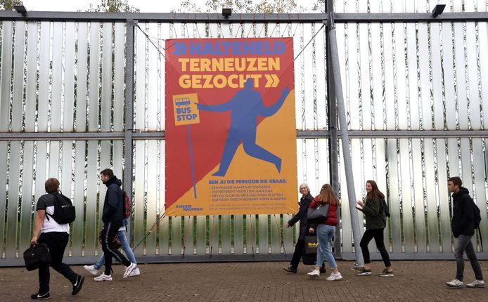 Groot spandoek 'Halteheld Terneuzen gezocht' fleurt busstation Terneuzen alvast een beetje op.